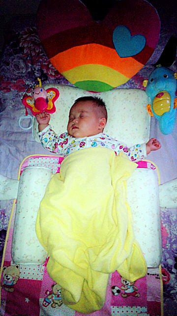 衡衡/自衡衡出生一直喜欢往右边睡,这个让我非常着急,小姑娘头型歪...