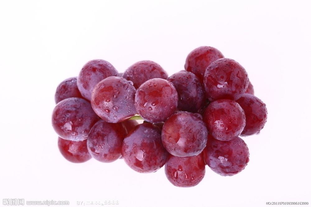 小窍门:看看这些常见水果怎么清洗最干净?  问题:葡萄 葡萄表面有一层白霜,还粘附着一些泥土啊什么的, 手重了洗烂,手轻了洗不掉,怎么办? 清洗方法: 把葡萄放在水里面,然后放入两勺面粉或淀粉, 不要使劲的去揉它,只需来回倒腾, 然后放水里来回地刷筛洗,面粉和淀粉都是有粘性的, 它会把那些乱七八糟的东西都给带下来。  问题:苹果 平常吃苹果,有许多人喜欢连皮一起吃, 但现在许多保鲜技术让苹果表面残留化学物质不易清洗。 清洗方法: 苹果过水浸湿后,在表皮放一点盐, 然后双手握着苹果来回轻轻地搓, 这样表面的