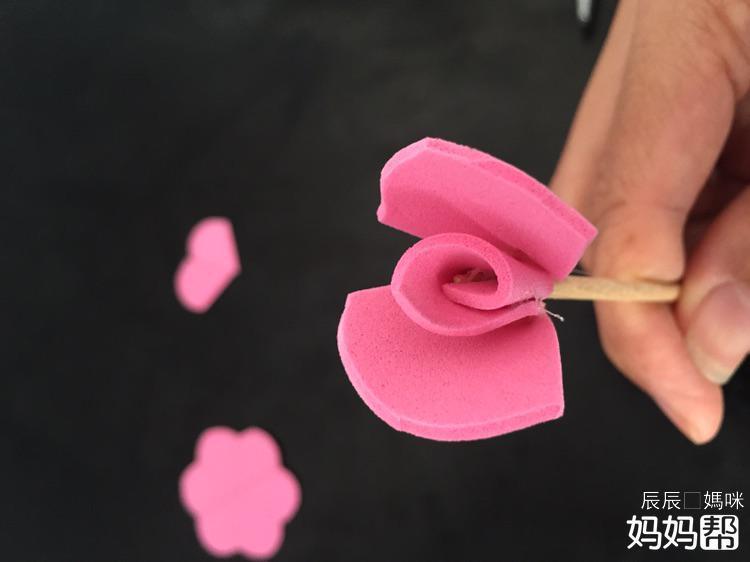 我喜欢玫瑰花,喜欢它的美丽,喜欢它浪漫的特性,一朵玫瑰一心一意,两朵玫瑰一生一世,三朵玫瑰我爱你 每次情人节都会看到好多情侣送玫瑰秀恩爱。我偶尔也会在老公面前絮絮叨,抱怨没礼物。老公回答道:不是我不买玫瑰花,我是怕买回来被你说浪费钱啊! 想想也是,买来的新鲜玫瑰虽然好看,可它的漂亮却只能坚持几天,只能眼巴巴地看着它凋谢。 之前老公给儿子买来玩手工的泡沫纸还有很多,于是我就想用泡沫纸来做几朵玫瑰花。儿子看到这些漂亮的玫瑰花,喜欢的不得了,他说他喜欢好多颜色的花,还把每个颜色都念了一遍。  自