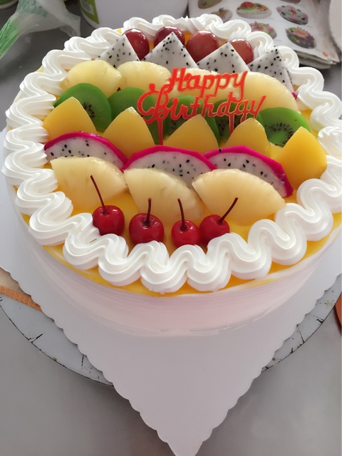 祝小朋友生日快乐刚刚做好的水果蛋糕