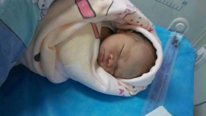 预产期1月29,1月26宝宝出生了,本以为是要剖腹产的,心里一直难过着,小孩羊水快没了,又见红了,就是不发动,怕宝宝缺氧,因为是孕晚期,医院一直要求剖腹产,不然怕小孩子有危险! 可我不太相信宝宝跟我开这些玩笑,胎动一直都很好,胎监都通过,所以一直不同意剖,说先试着催产,直在不行再剖,到中午12点就开始吊催产药,真的是痛的没话说,刚开始就是两分钟痛一次,再着就一分痛一次,老公看着心疼得直安慰我,总叫医生来给我检查宫口开几公分,结果检查几次都没开。 我跟老公说我挺不住了,要剖算了,老公直握着我的手说,老婆我知