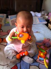 【宝贝与玩具的亲密时刻!】宝贝咬玩具的瞬间, 吃的好香啊!